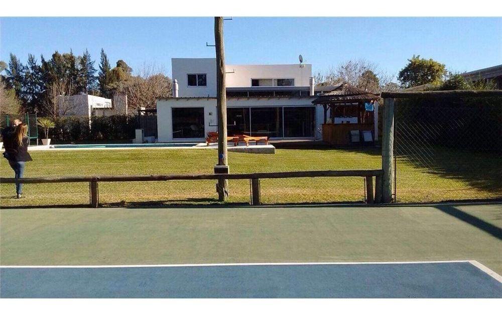 casa de dos lotes con cancha de tenis propia