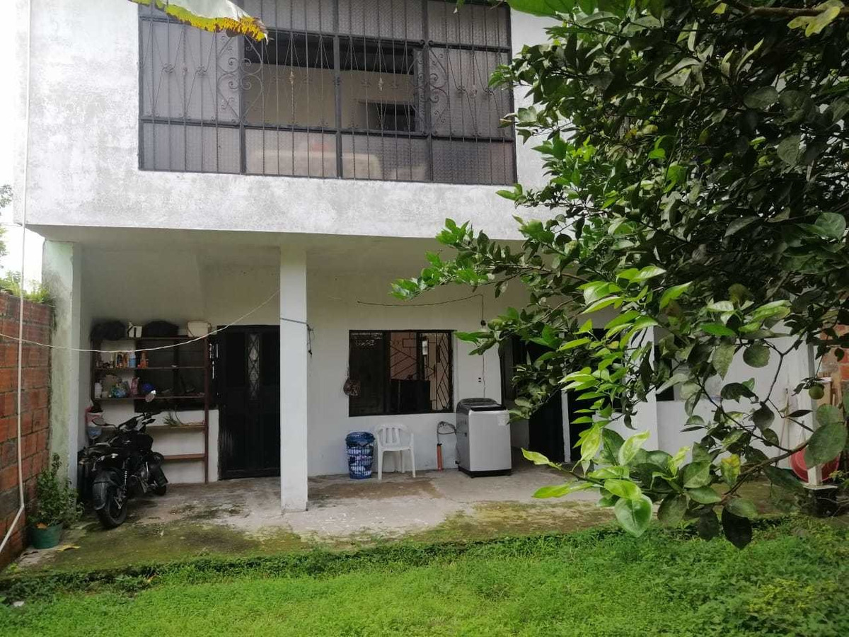 casa de dos pisos: 5 alcobas, 4 baños. con garaje y patio.