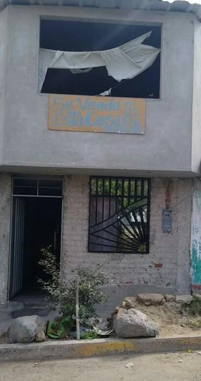 casa de dos pisos en avenida principal de florencia de mora