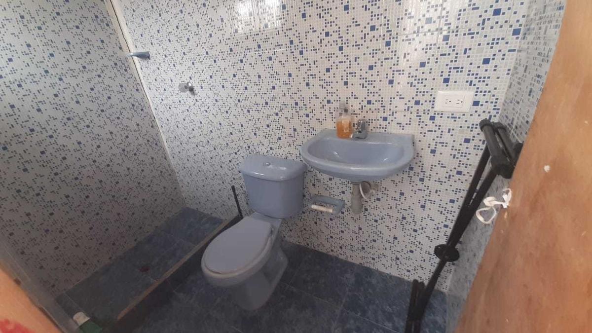 casa de dos pisos, tres habitaciones, dos baños.