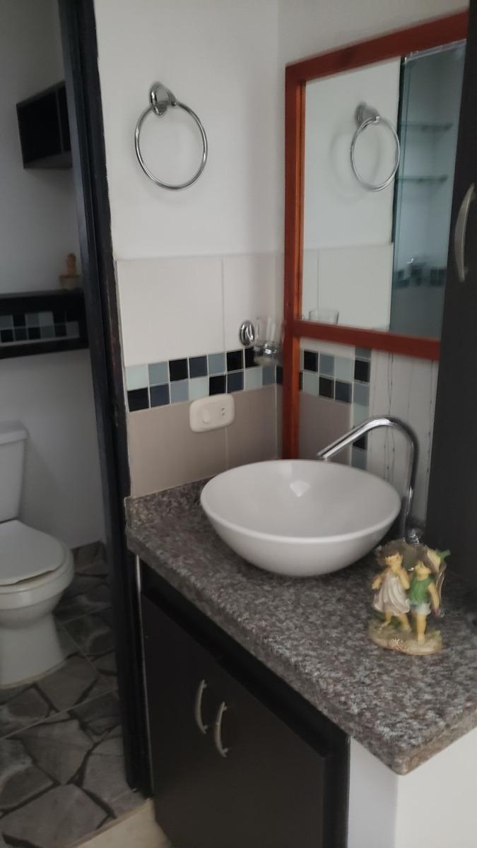 casa de dos plantas, 2 habitaciones, 2 baños, sala comedor y