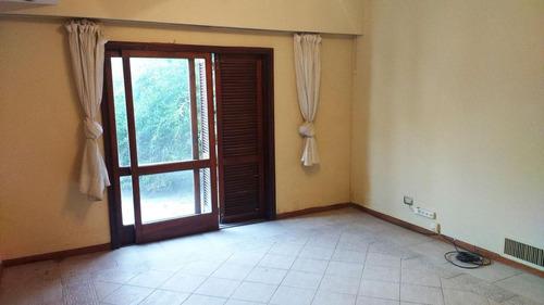 casa de dos plantas con cochera doble y 3 dormitorios, jardín.
