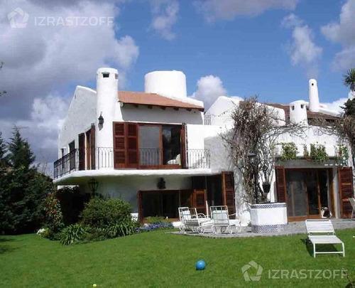 casa de estilo en excelente ubicación dentro del country