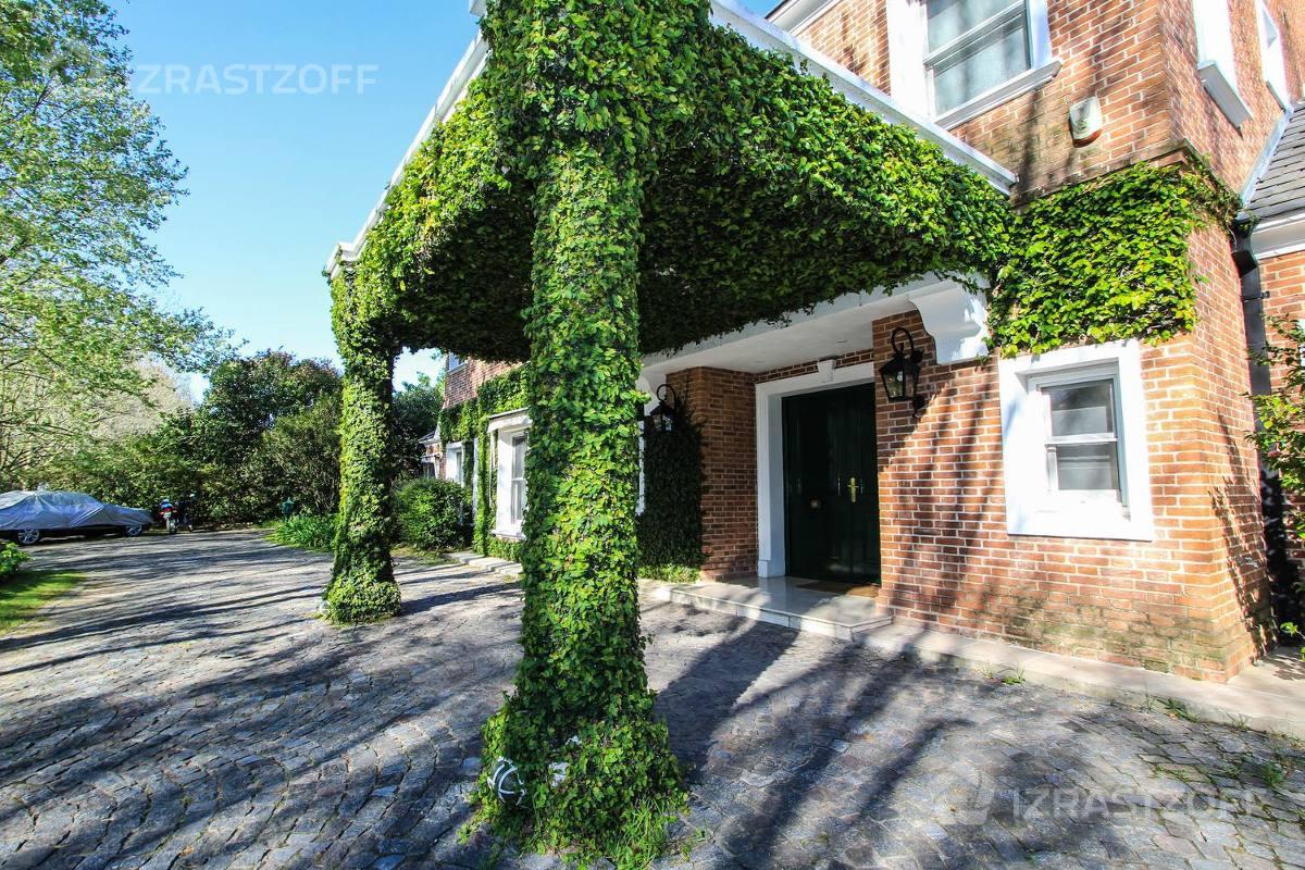 casa de estilo inglés de  muy buena construcción