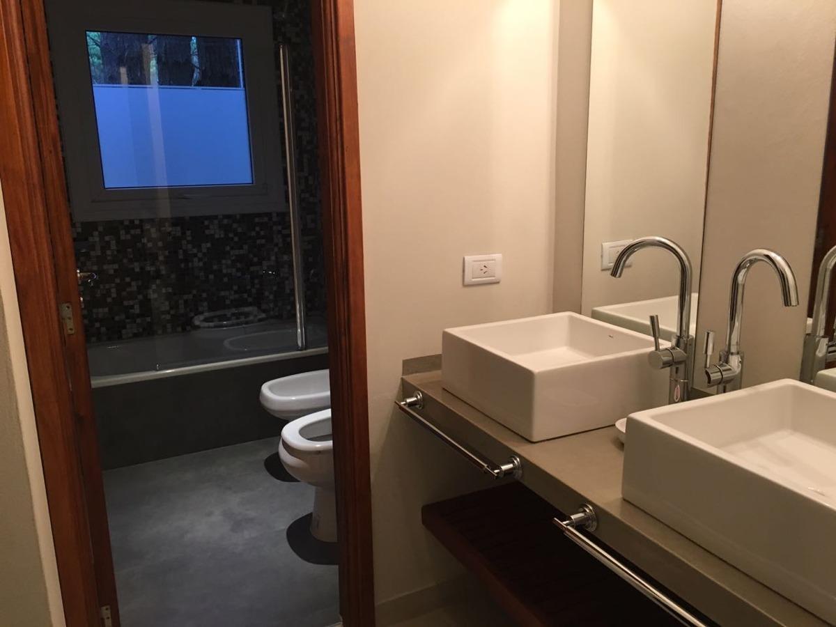 casa de gran categoría,5 ambientes 3 baños, m.de las pampas.