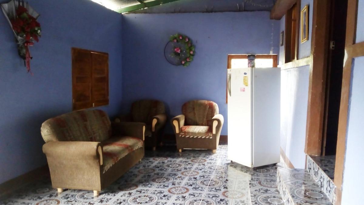 casa de habitación de 4 habitaciones y 1 baño.