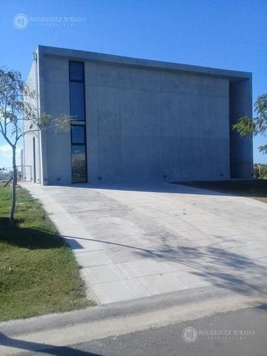 casa de hormigón con terminaciones de categoría puertos del lago - acacias