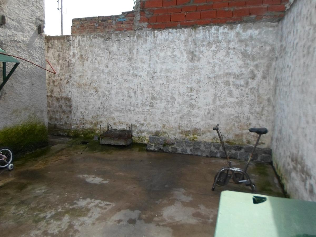 casa de material de 5 ambientes con patio,  ayolas 2200
