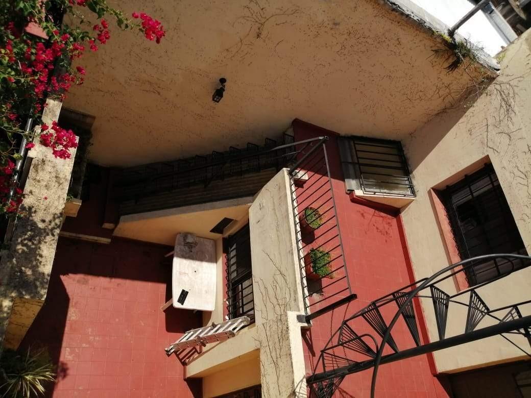 casa de pasillo barrio martín (3 dormitorios   estudio) patio terraza. no es ph.
