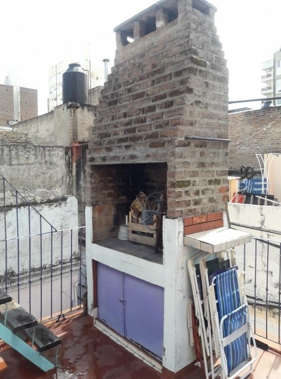casa de pasillo en 2 plantas 4 dorm. con terraza y asador - permuta