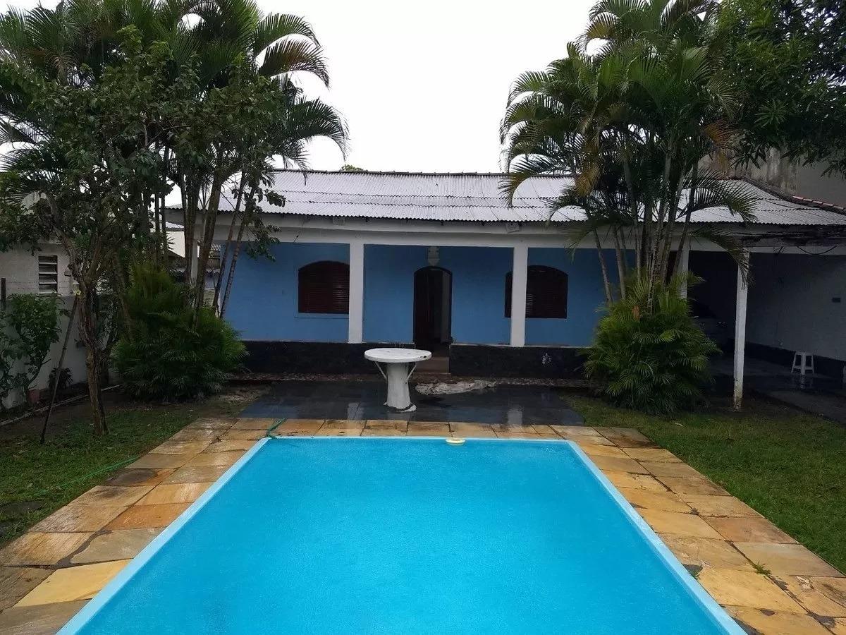 casa de praia com 3 quartos, piscina e um grande jardim.