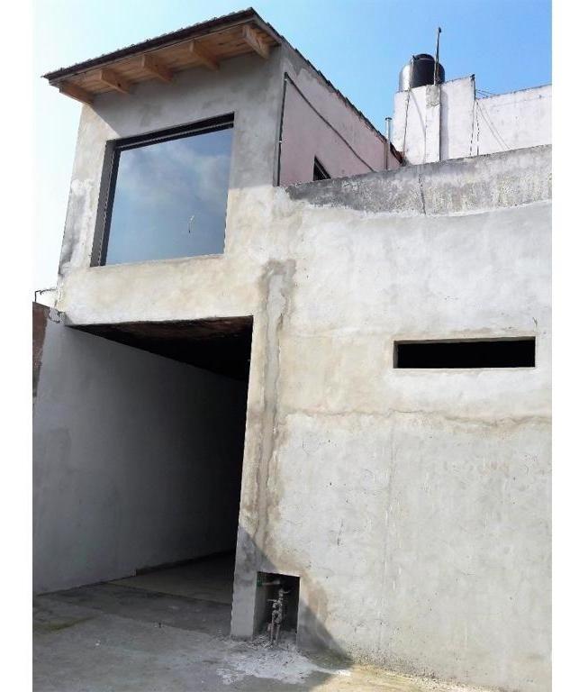 casa de tres ambientes con fondo, piscina y cochera pasante