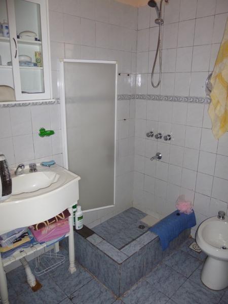 casa de tres ambientes en venta, morón. con patio.