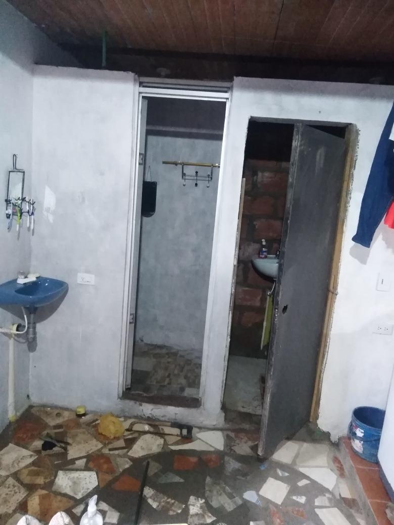 casa de tres habitaciones 1 baño de 5 por 22 metros de fondo