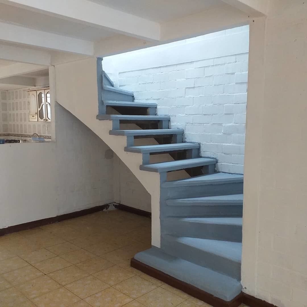 casa de tres habitaciones dos pisos