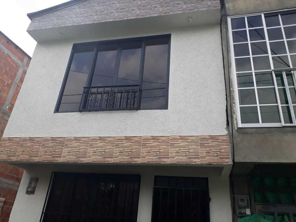 casa de tres niveles con un año de construida