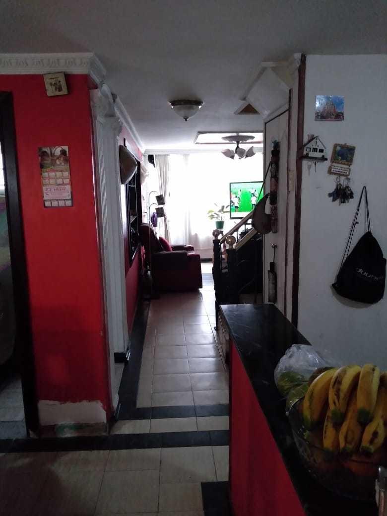 casa de tres pisos 4 cuartos y 2 baños