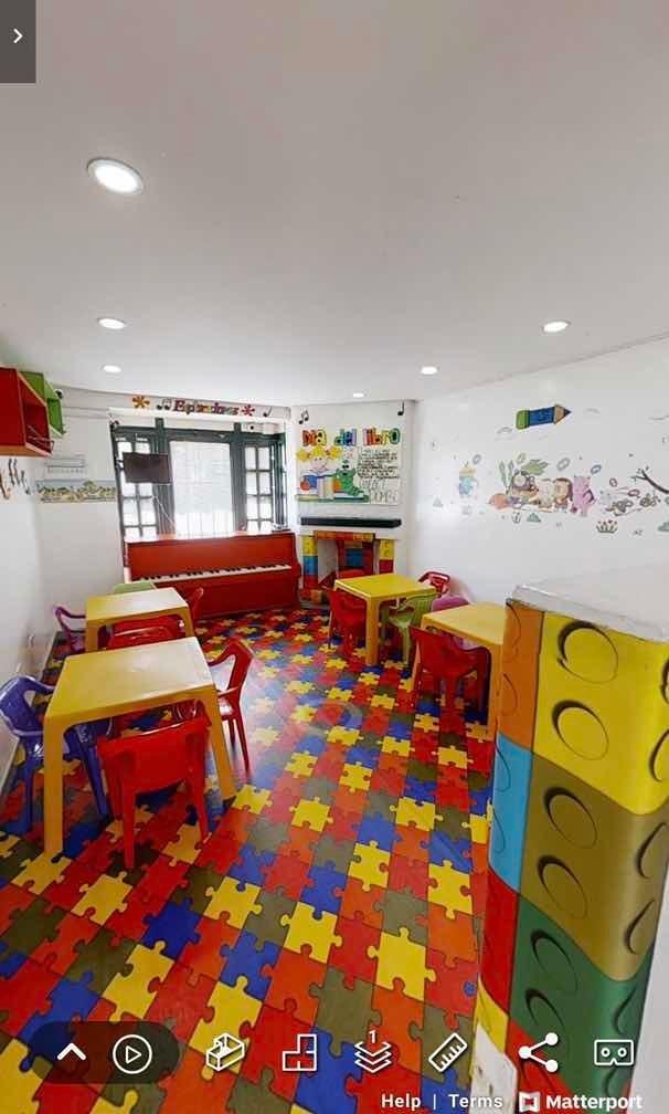 casa de tres plantas con jardín infantil
