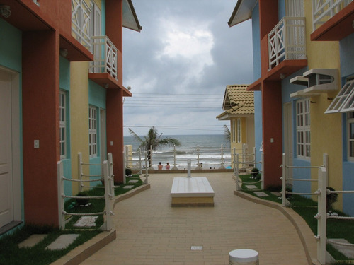 casa de três dormitórios em condomínio de frente ao mar