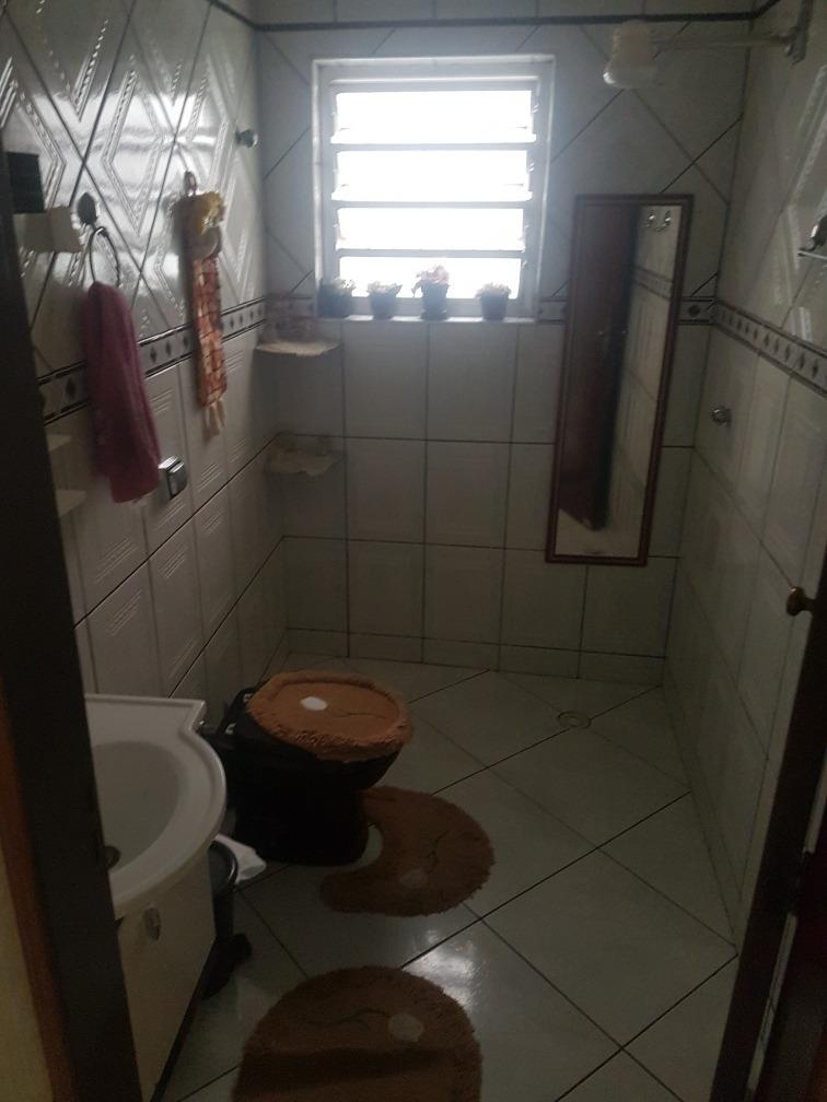 casa de três quartos, três banheiros.