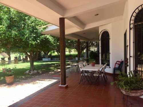 casa de una sola planta, terraza y amplio jardín, con vista al campo de golf