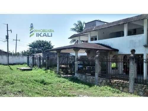casa de venta en obra negra en tuxpan veracruz en el km 8 de la carretera a la playa, muy cerca de la misma, cuenta con 1250 m² de terreno y con sala, comedor, cocina, 4 recamaras, 5.5 baños. area de