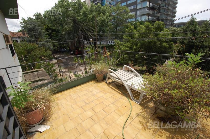 casa desarrollada en dos plantas. patio, terraza y cochera.