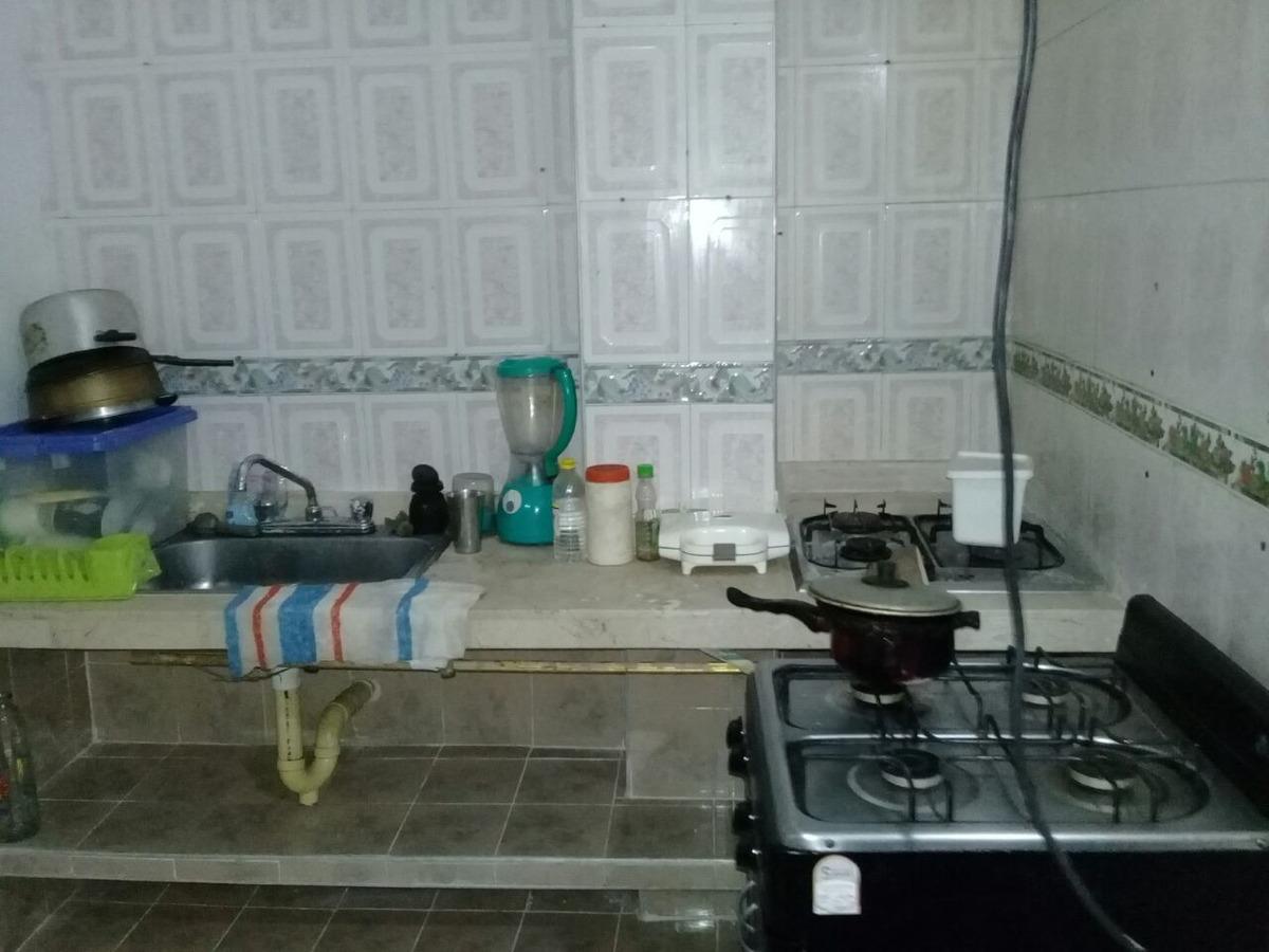 casa dividida en dos apartamentos y un apartarestudio