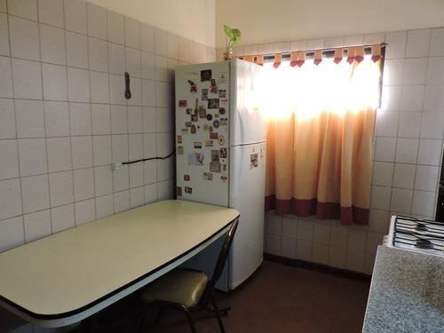casa dos dormitorios, lavadero, jardín y cochera doble.