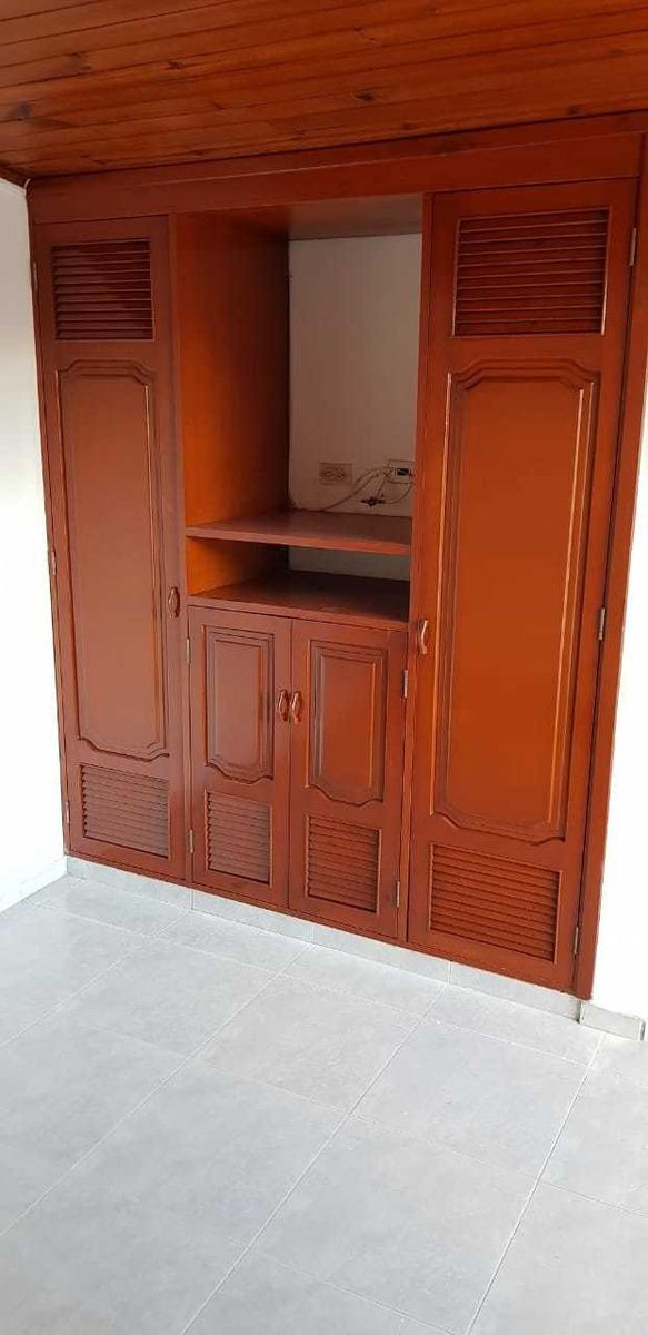 casa dos pisos 4 habitaciones 3 baños sala comedor patio con