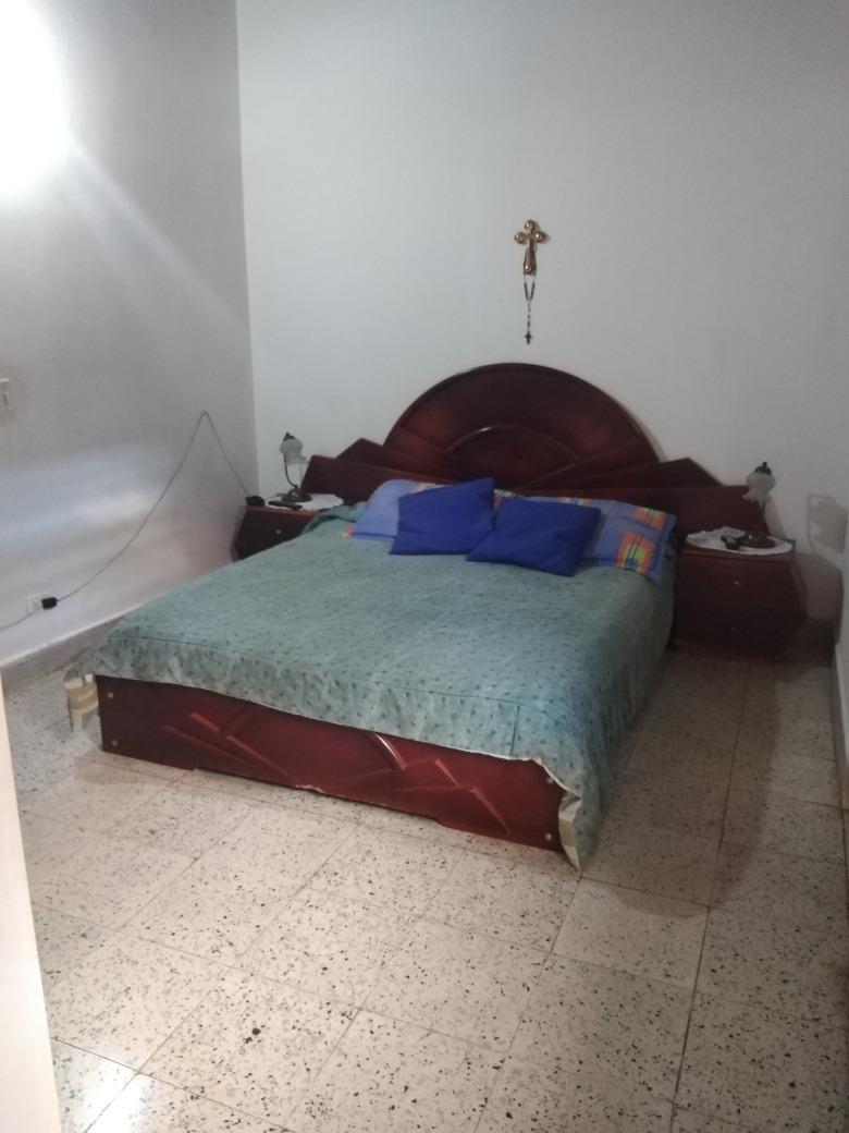 casa dos pisos, 5 habitaciones, 3 baños. todos los servicios