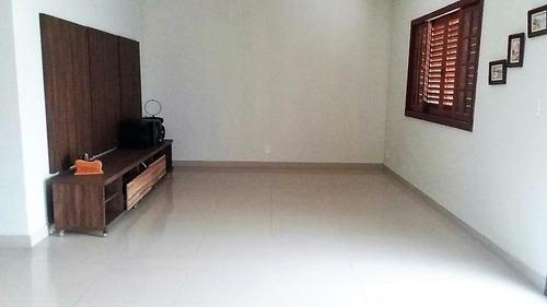 casa e terreno linear com 525 m²  - área construída 175 m² - varanda, 4 quartos (2 suítes), copa-cozinha e quintal. - ca0183