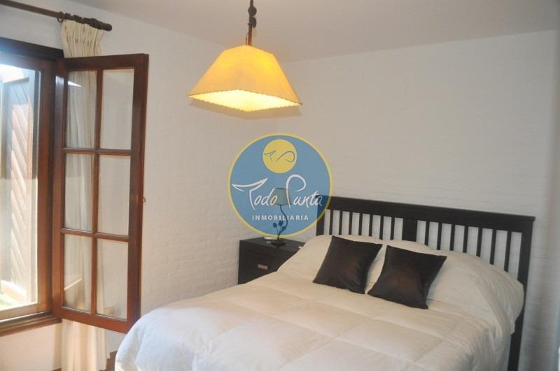 casa en alquiler a 2 cuadras del mar , piscina, pinares, 5 dormitorios- ref: 5323