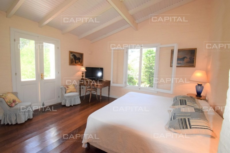 casa en alquiler a metros de playa brava - cuatro dormitorios y dependencia-ref:28567