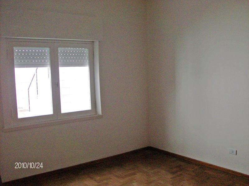 casa en alquiler en campana centro. 3 dormitorios. espacio para auto.