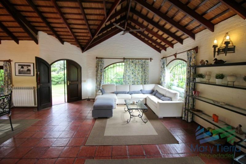 casa en alquiler...  linda casa, ubicada en rincon del indio. cuenta con amplio jardin y piscina exterior. a cuatro cuadras del mar.-ref:1840