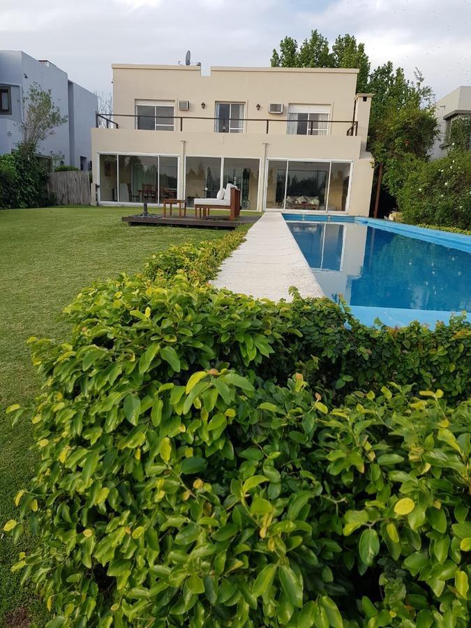 casa en alquiler temporario a la laguna en dos plantas en el barrio santa barbara