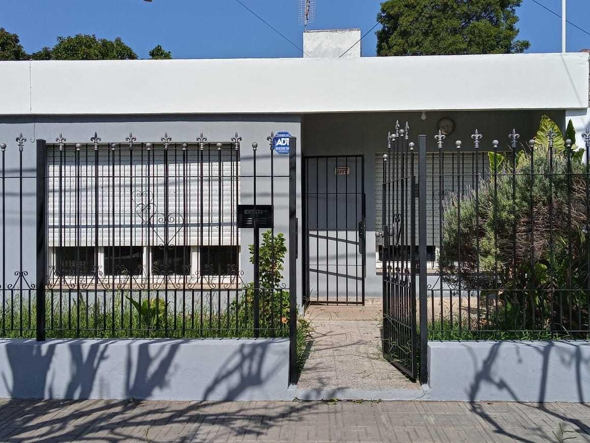 casa en b° resd san carlos, 2 dorm, garage x 3, patio, excelente estado!!!