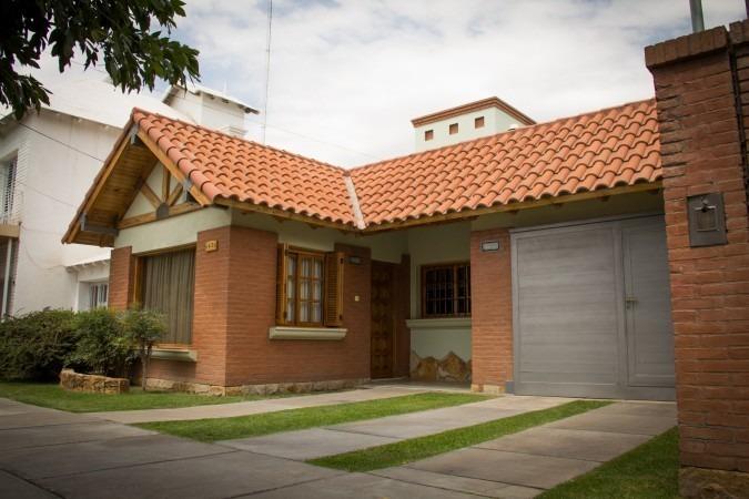 casa en barrio sat - excelente ubicación