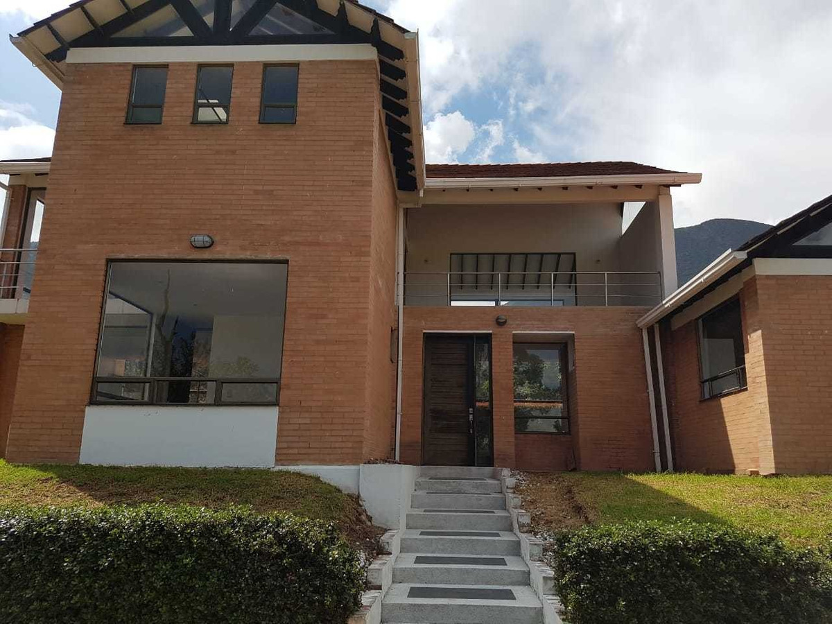casa en cota 4 habitaciones, 5 baños, bbq 900 mts 300mts cst