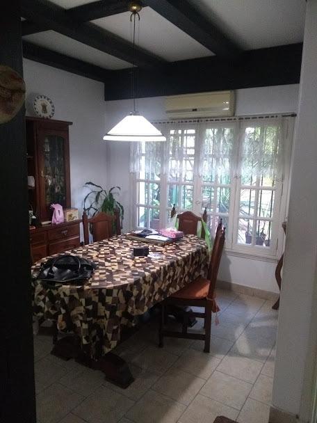 casa en dos plantas  5 ambientes cochera..muy buena