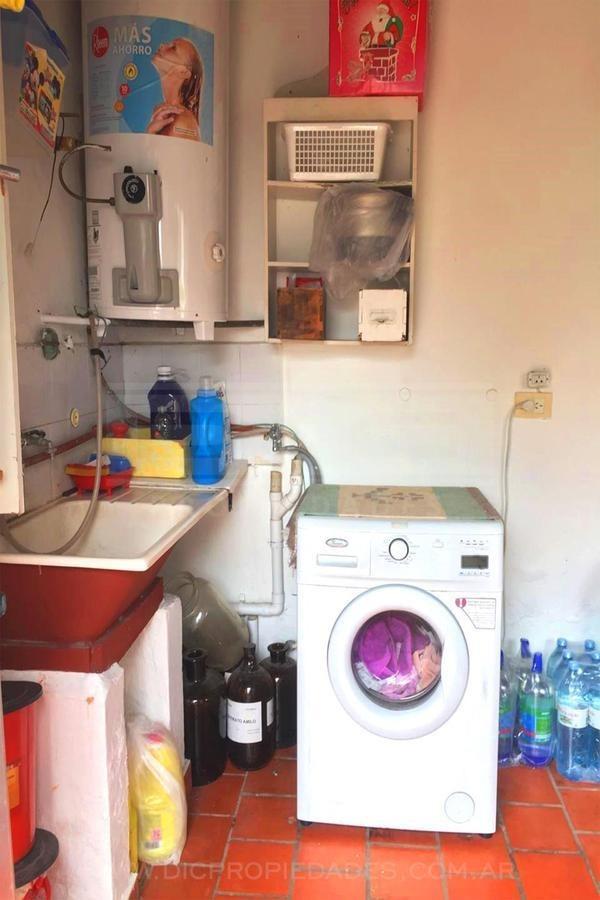casa en dos plantas de 4 dormitorios y 2 baños c/piscina en san isidro