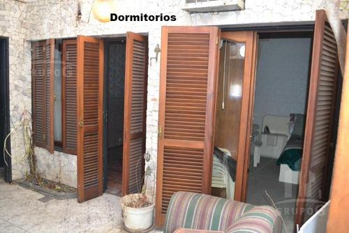 casa en esquina, 2 plantas con cochera y patio mas terraza- villa del parque