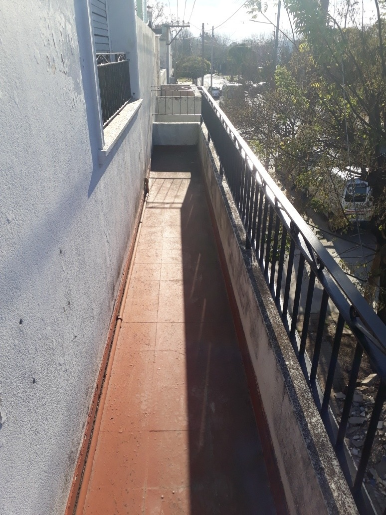casa en esquina planta alta con patio 100 mts2 total
