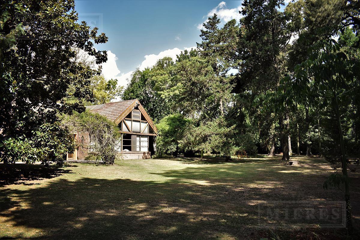 casa en importante terreno en  highland park