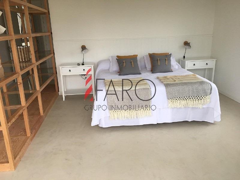 casa en josé ignacio 5 dormitorios y dependencia con piscina y parrillero- ref: 35962