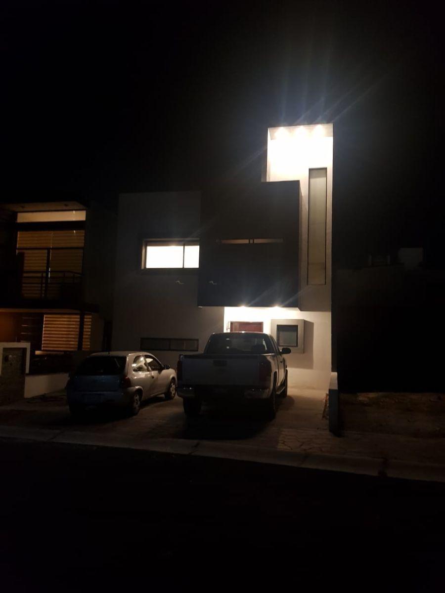 casa en la cima, 3 recamaras con baño, alberca, jardín, sala tv, roof garden