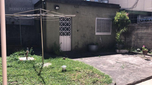 casa en lote propio en exelente estado, 3 ambientes   patio con parrilla  cocina-comedor y living!