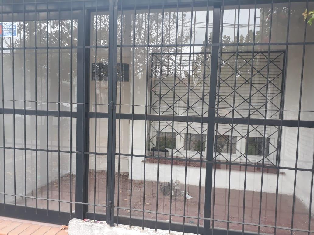 casa en moreno centro, excelente zona con monoambiente***