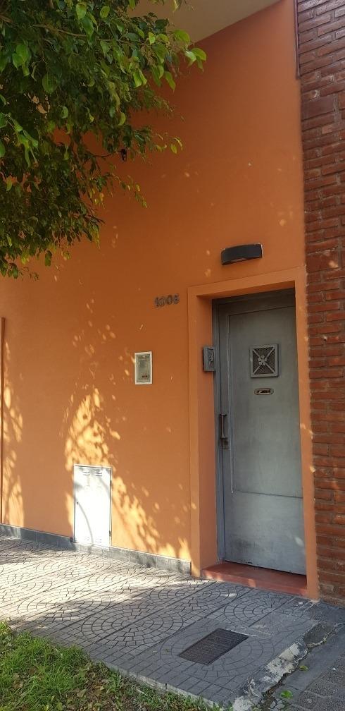 casa en moron. primer piso. 6 ambientes y patio